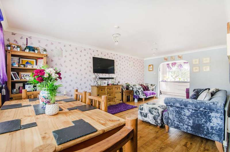 3 Bedrooms House for sale in Willow Tree Close, Ickenham, UB10