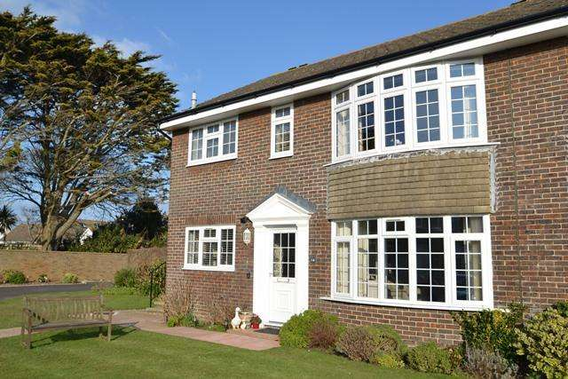 2 Bedrooms Flat for sale in The Maples, Ferring, West Sussex, BN12 5PR