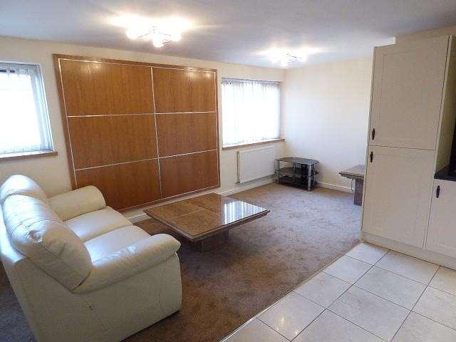 2 Bedrooms Flat for rent in Warrington Road, Warrington