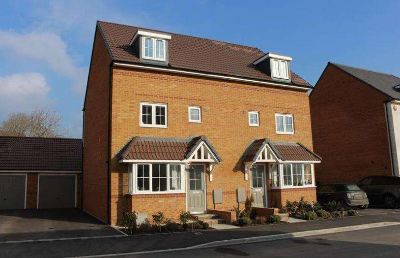 4 Bedrooms Semi Detached House for sale in Hurricane Drive, Calne