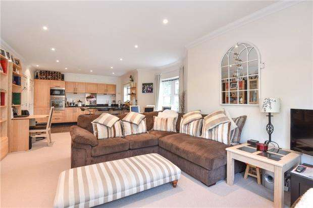 2 Bedrooms Apartment Flat for sale in Wellington Mansions, Ardwell Close, Crowthorne