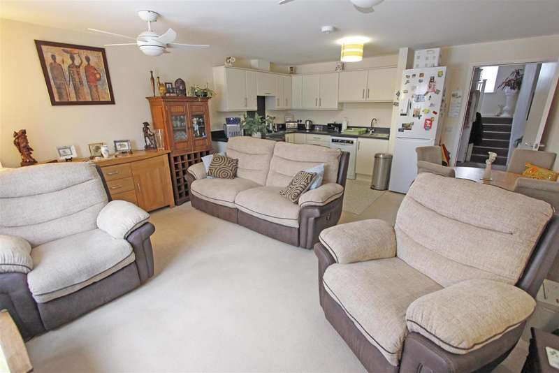 2 Bedrooms Flat for sale in Wherrys Lane, Bourne