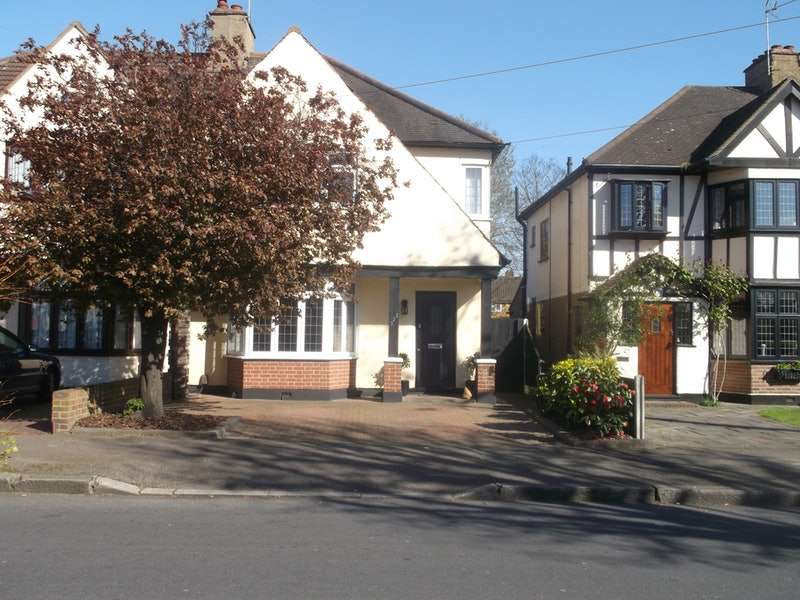 3 Bedrooms Semi Detached House for sale in Osborne Road, Hornchurch, Essex, RM11