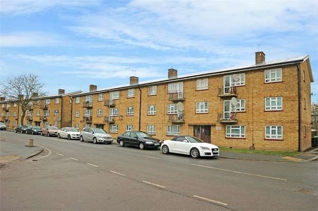 3 Bedrooms Flat for sale in Bushfield Crescent, Edgware, Greater London