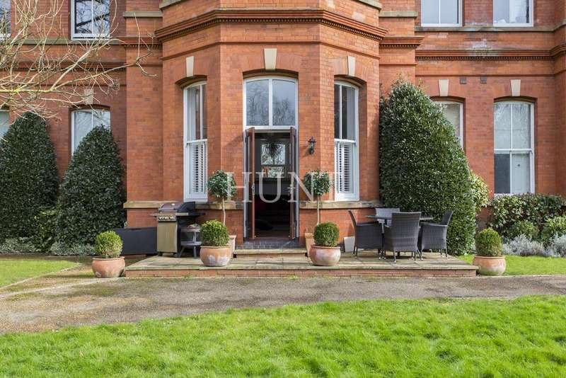 2 Bedrooms Ground Flat for sale in Sutherland House, Rosebury Square, Repton Park, Woodford Green IG8