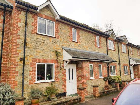 2 Bedrooms Terraced House for sale in Lamberts Lane, Midhurst, West Sussex