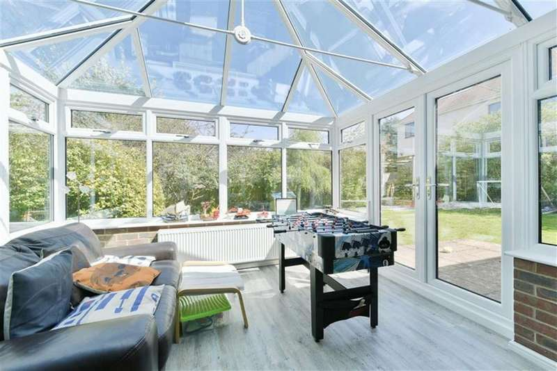 4 Bedrooms Detached House for sale in Mannamead, Langley Vale, Surrey