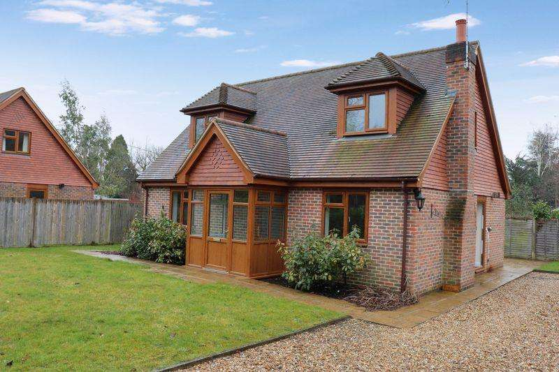 3 Bedrooms Detached House for sale in The Drive, Ifold