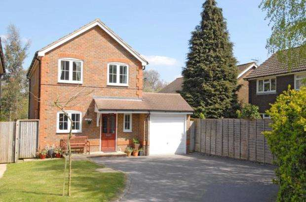 3 Bedrooms Detached House for sale in Arlott Close, Eversley, Hook