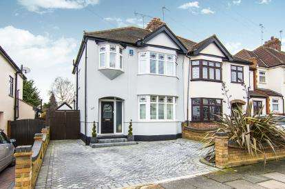 3 Bedrooms Semi Detached House for sale in Hornchurch, Esssx, .