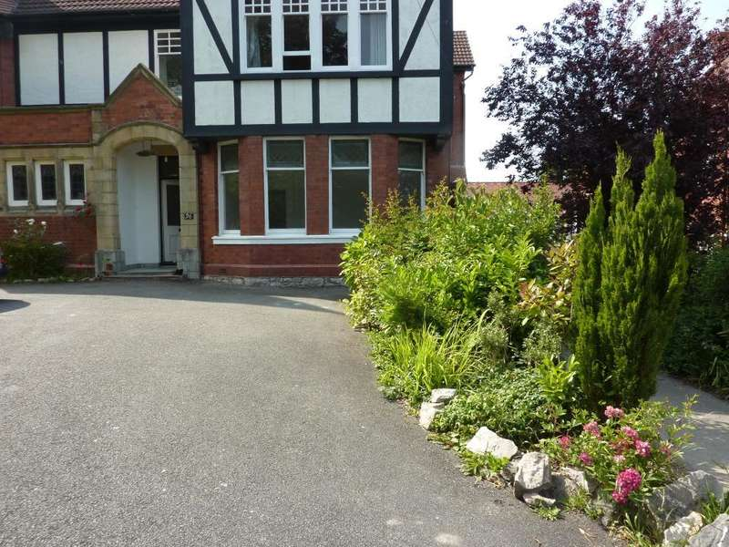 2 Bedrooms Flat for rent in Brackley Avenue, Colwyn Bay, LL29 7UU