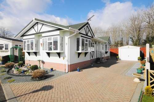 2 Bedrooms Park Home Mobile Home for sale in Stour Park, New Road, Bournemouth, Dorset