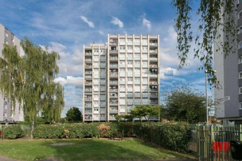 2 Bedrooms Flat for sale in Lambourne Court, Navestock Crescent, Woodford Green, Essex. IG8