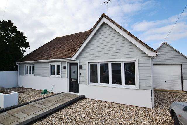 2 Bedrooms Detached Bungalow for sale in Chalet Close, Ferring, West Sussex, BN12 5NZ