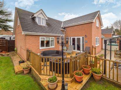 4 Bedrooms Bungalow for sale in Lowes Court, Beeston, Nottingham