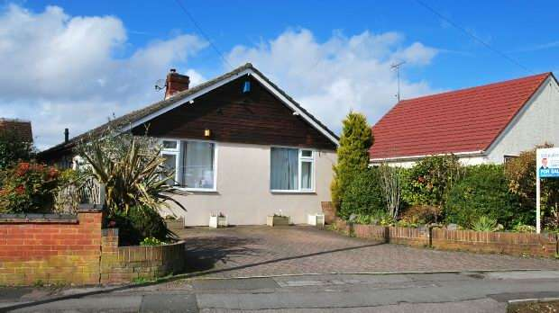 4 Bedrooms Detached Bungalow for sale in Church End Lane, Tilehurst, Reading,