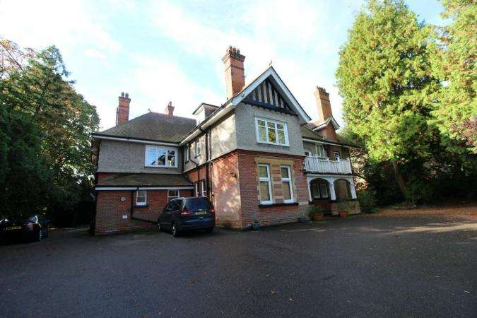 3 Bedrooms Flat for rent in St. Valerie Road , Bournemouth