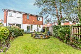 3 Bedrooms Link Detached House for sale in Crusader Gardens, Croydon
