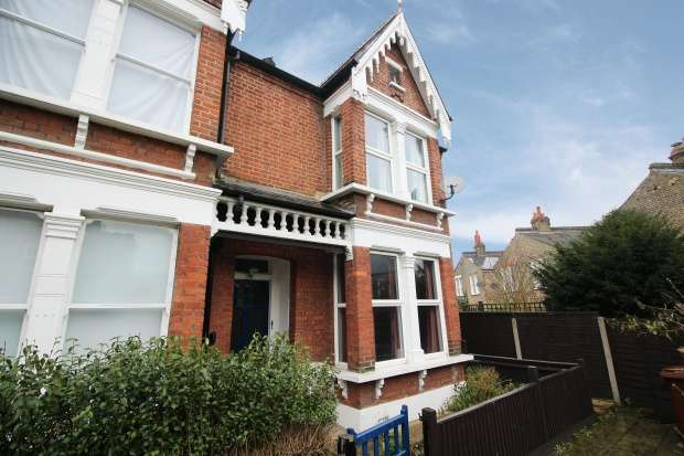 3 Bedrooms Property for sale in Tintagel Gardens, London, Greater London, SE22 8HS