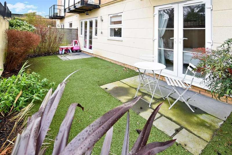 2 Bedrooms Flat for sale in Rayleigh Road, Leigh-On-Sea