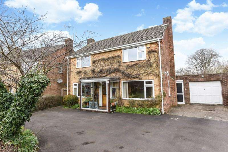 4 Bedrooms Detached House for sale in Wellesley Road, Andover