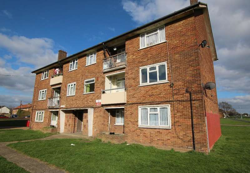 3 Bedrooms Flat for sale in Hutchinson Court, Padnall Road, Chadwell Heath, Essex, RM6 5ET
