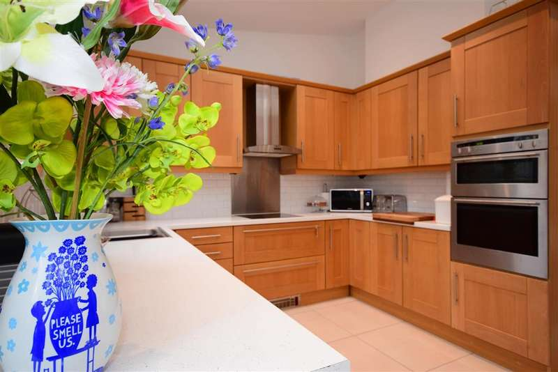 3 Bedrooms Terraced House for sale in Fairway, , Woodford Green, Essex