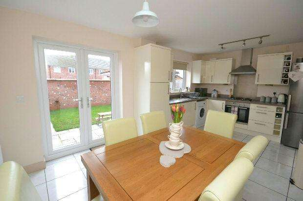 3 Bedrooms Semi Detached House for sale in Edinburgh Way, Scartho Top, Grimsby
