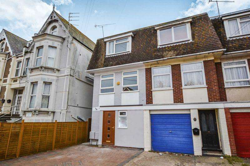 3 Bedrooms Apartment Flat for rent in Penfold Road, Clacton-On-Sea