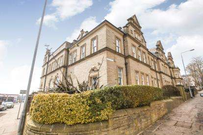 2 Bedrooms Flat for sale in Clare Court, Halifax, West Yorkshire