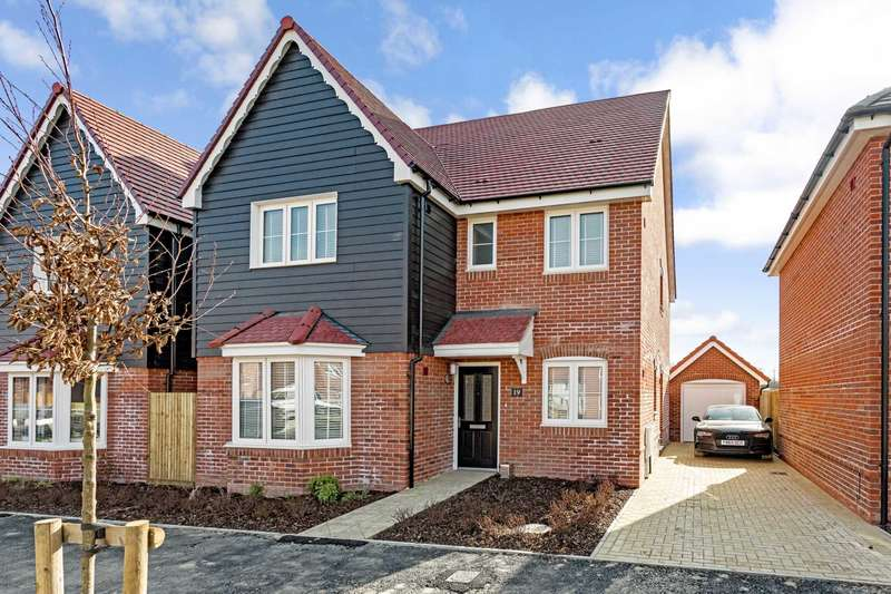 4 Bedrooms Detached House for sale in Centenary Road, Southwater