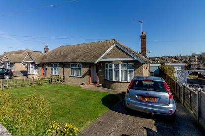 3 Bedrooms Bungalow for sale in Rayleigh, Essex, Uk