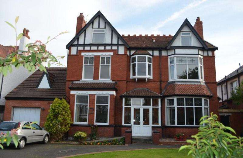 7 Bedrooms Detached House for sale in Roe Lane, Southport, PR9 9DZ