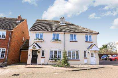 3 Bedrooms Semi Detached House for sale in The Rickyard, Marston Moretaine, Bedford, Bedfordshire