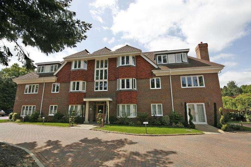 2 Bedrooms Flat for rent in Tattenhall, West Byfleet, KT14 6AA