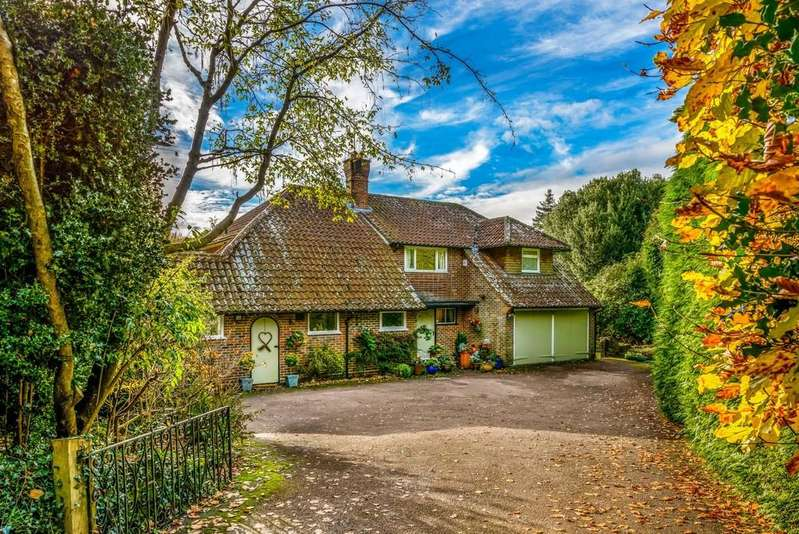 3 Bedrooms Detached House for sale in Farnham Lane, Haslemere