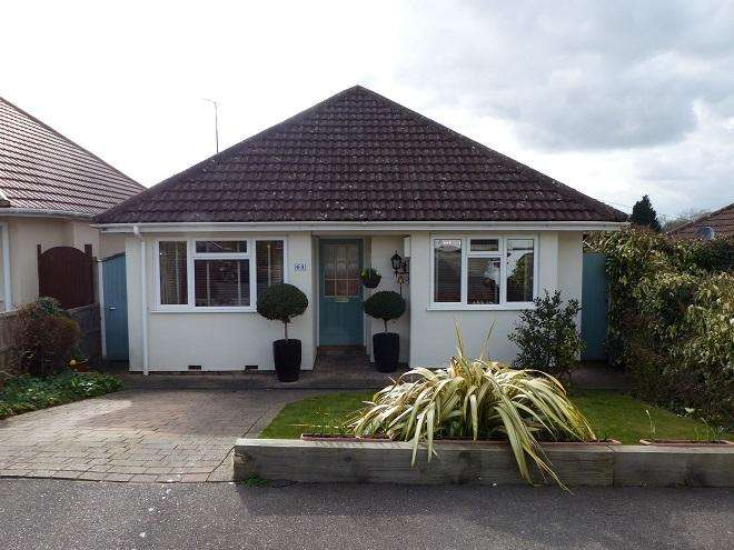 2 Bedrooms Detached Bungalow for sale in The Courtway, Watford WD19