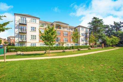 2 Bedrooms Flat for sale in Stewart Court, 2 Colnhurst Road, Watford, Hertfordshire