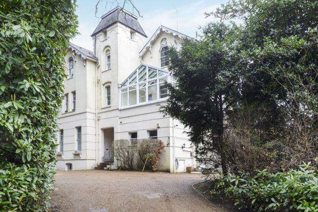 2 Bedrooms Flat for sale in Portsmouth Road, Esher, Surrey