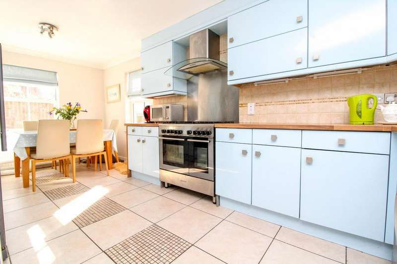 4 Bedrooms Detached House for sale in Roding Drive, Kelvedon Hatch, Brentwood, Essex, CM15