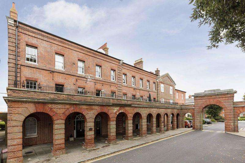 2 Bedrooms Apartment Flat for sale in The Colonnades, Royal Gate, Southsea