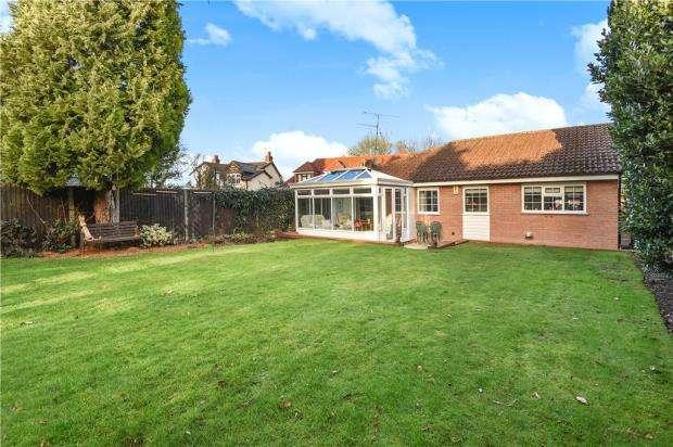 3 Bedrooms Detached Bungalow for sale in Sandhurst Lane, Blackwater, Surrey