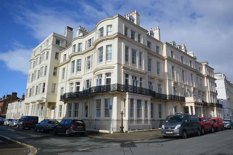 3 Bedrooms Flat for sale in Royal Crescent Court, The Crescent, Filey, YO14 9JH