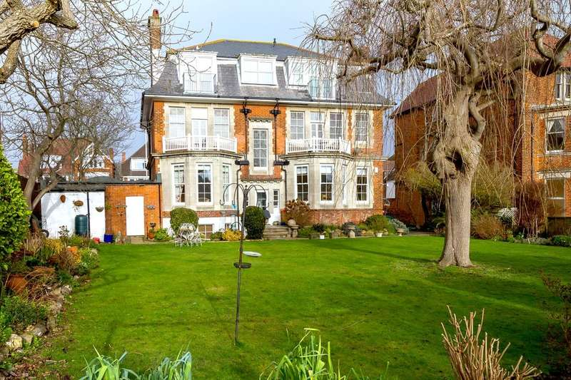 3 Bedrooms Flat for sale in Penthouse Apartment Haighton Court, Folkestone, CT20