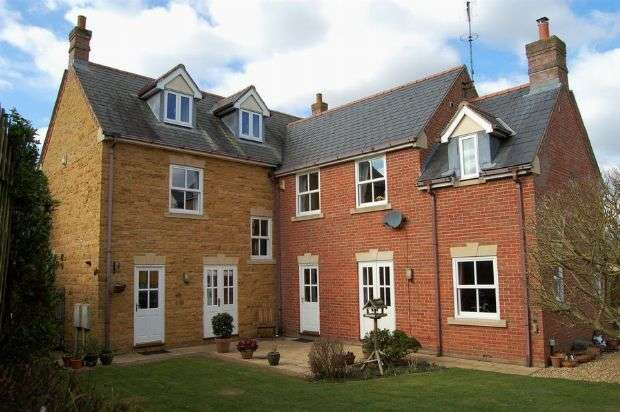 5 Bedrooms Detached House for sale in Harrison Court, Bugbrooke, Northampton NN7 3ET