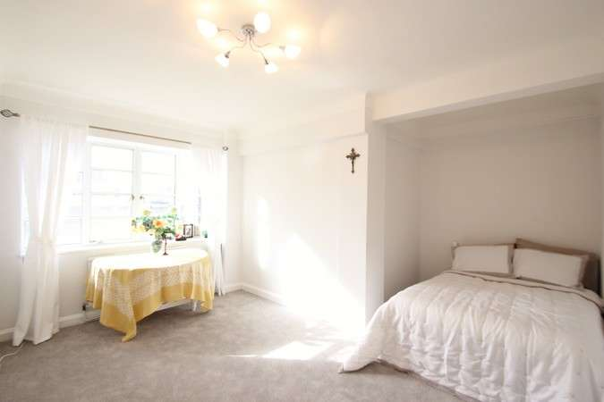 1 Bedroom Flat for sale in Winchester Court, Vicarage Gate, London