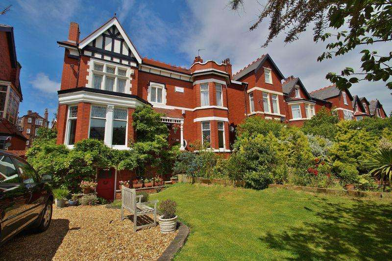 5 Bedrooms Detached House for sale in Lathom Road, Southport