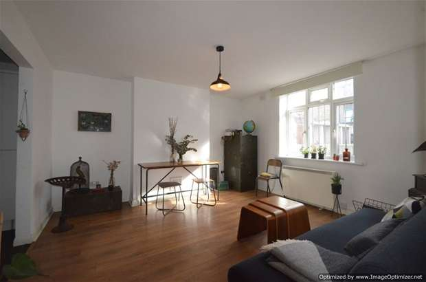 2 Bedrooms Flat for sale in St Mark's Rise, Dalston, E8