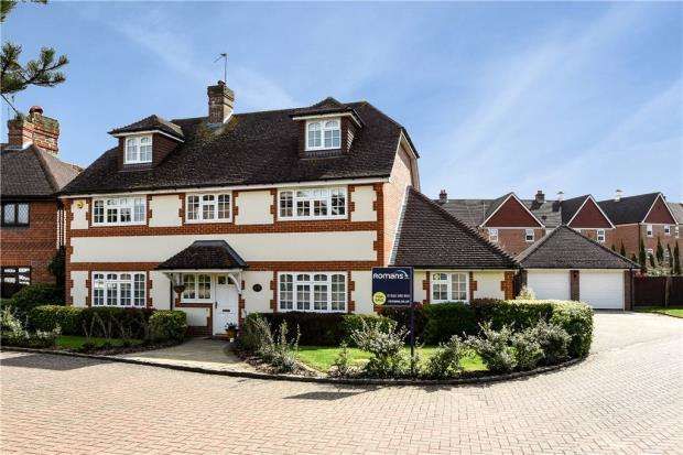 5 Bedrooms Detached House for sale in Fullerton Close, Elvetham Heath, Hampshire