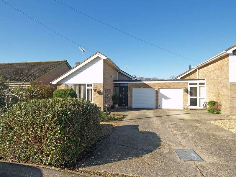 2 Bedrooms Bungalow for sale in Westbury Close, Highcliffe, Christchurch